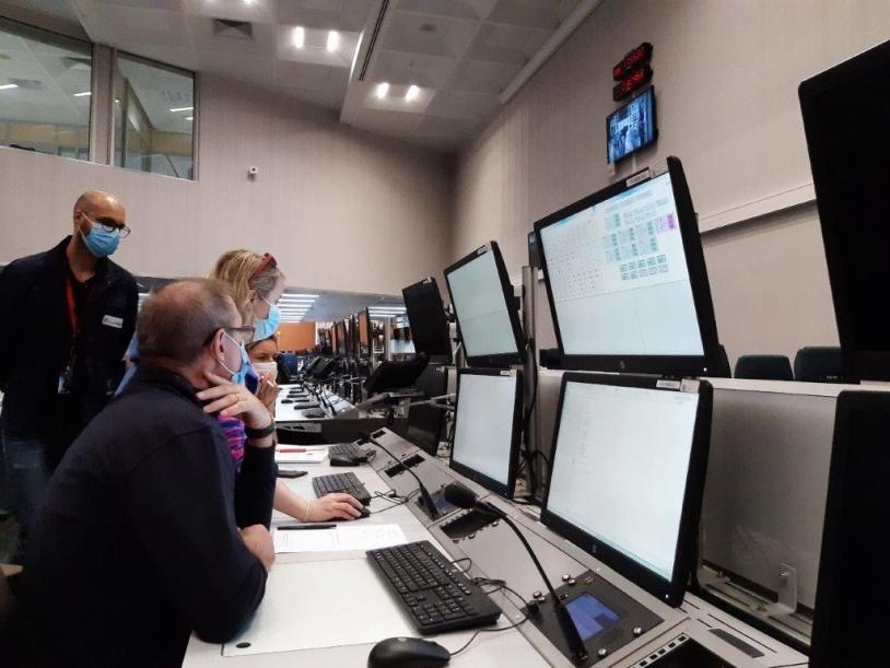 L'équipe IBT (CNES et ArianeGroup) en train de qualifier le banc de contrôle.